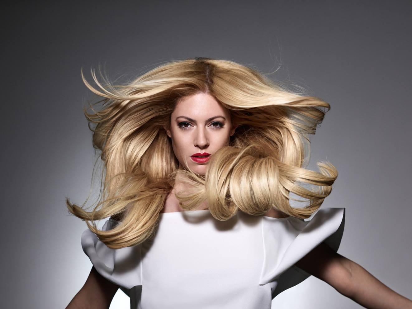 Kobieta z rozwianymi blond włosami