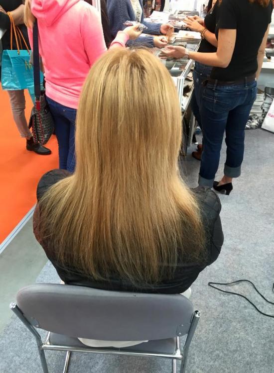 Kobieta Blndyka, siedzi tyłem, włosy do ramion