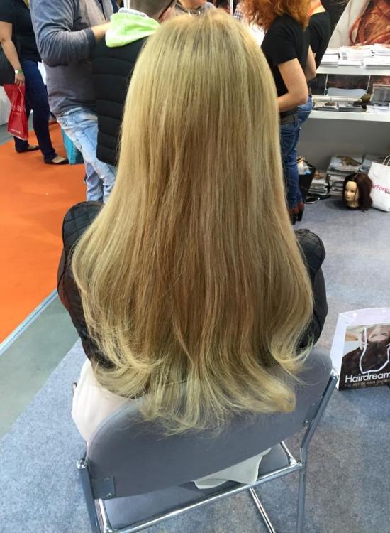 Kobieta, blondynka siedzi włosy do pasa