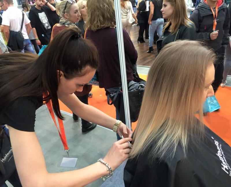 Fryzjerka obcina włosy kobiecie