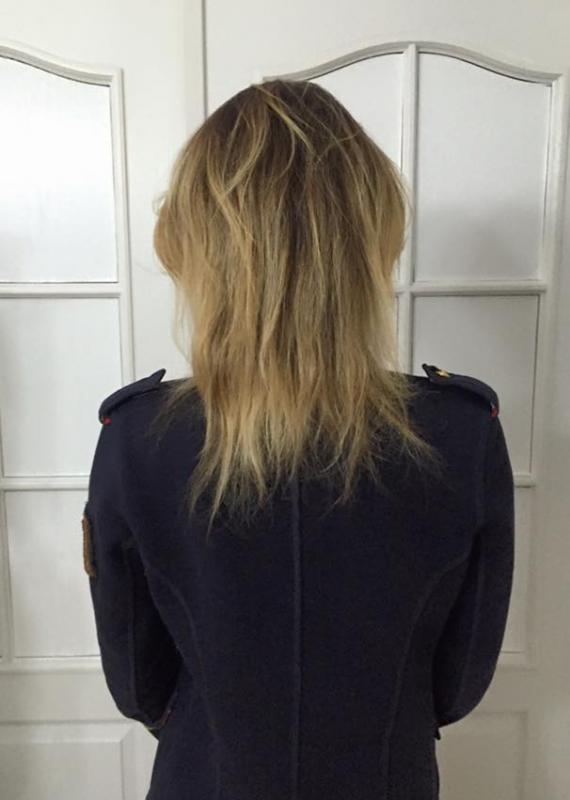 Kobieta tyłem,blond włosy do ramion