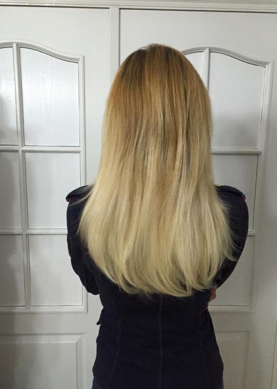 Kobieta tyłem blond włosy do pasa