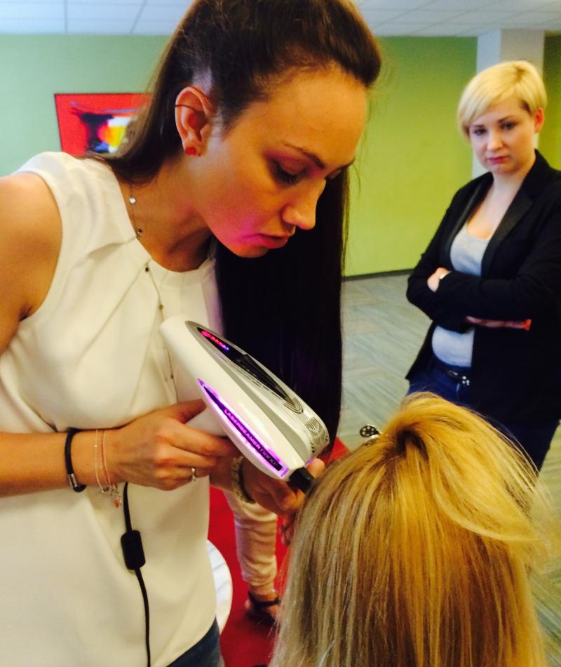 Kasia demonstruje przyczepianie włosów