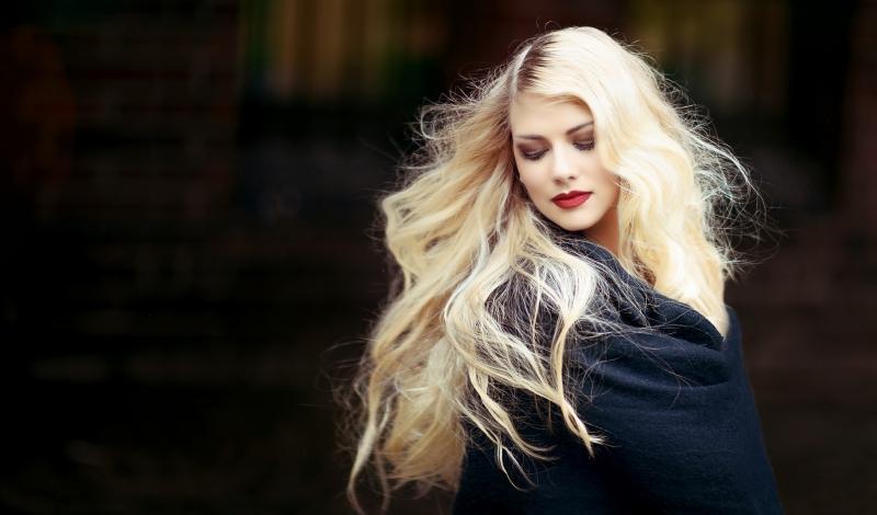 blondynka z rozwianymi blond włosami
